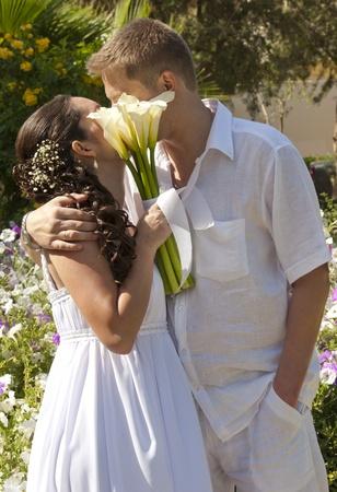 besos apasionados: Un joven reci�n casado par compartir un beso rom�ntico
