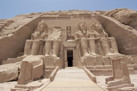 Entrée principale pour le Temple de Ramsès II à Abou Simbel Banque d'images - 9660823