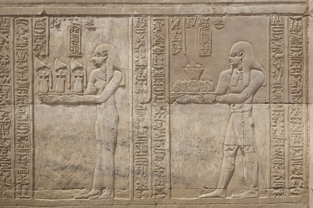 Egyptian hieroglyphic carvings on a wall at the Temple of Kom Ombo Banco de Imagens