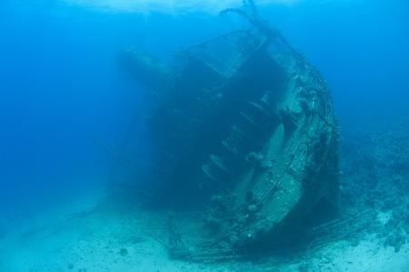 listing: Secci�n de popa de un gran naufragio submarino en el lecho marino anuncio al puerto