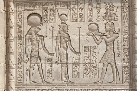 Sculptures hiéroglyphiques sur les murs extérieurs d'un ancien temple égyptien Banque d'images - 10551221