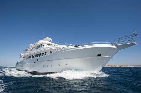 Grand yacht à moteur de luxe en cours en mer Banque d'images - 12018084