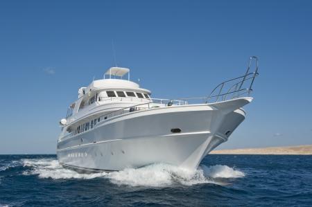 Grote luxe motorjacht aan de gang op zee
