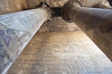 Columnas en el antiguo templo egipcio de Khnum en Esna con tallas jeroglíficas Foto de archivo - 12314318