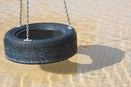 Klettergerüst Aus Reifen : Klettergerüst und rutsche in kinderspielbereich eines flachen pool
