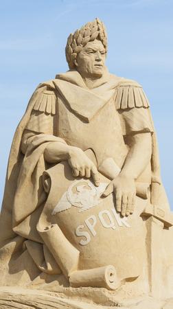 spqr: Grande scultura di sabbia del generale romano e il dittatore Gaio Giulio Cesare contro un cielo blu Archivio Fotografico
