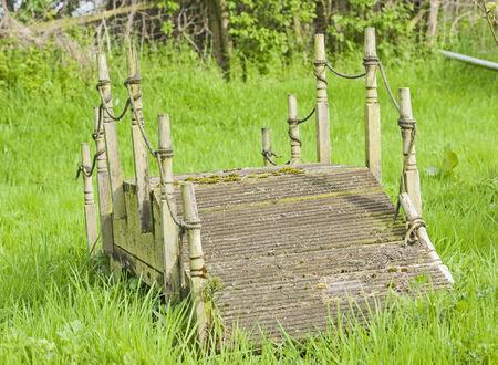 campagne rural: Petit bois fonction passerelle de jardin dans un cadre de campagne rurale