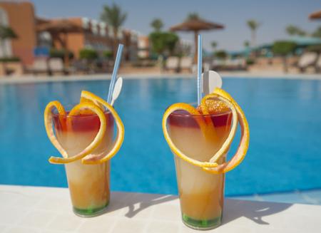 cocktail de fruits: Deux verres de boisson cocktail de fruits sur la table par h�tel piscine tropicale