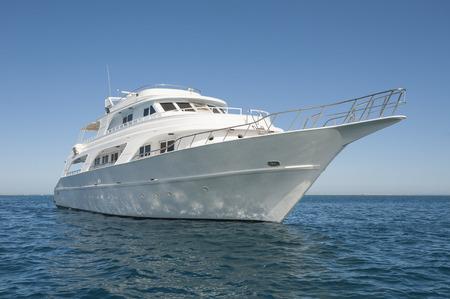 열대 바다에 대형 고급 개인 모터 요트 아웃 스톡 콘텐츠