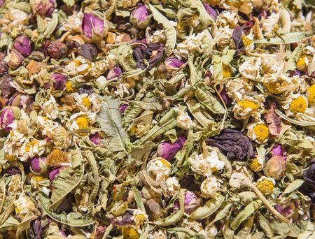 fiori secchi: Particolare del primo piano di fiori secchi per tisane in mostra in una bancarella del mercato bazaar Archivio Fotografico