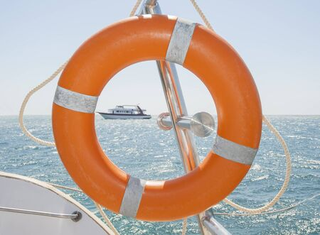 �quipement de securit�: Life ring safety equipment on a boat in tropical sea
