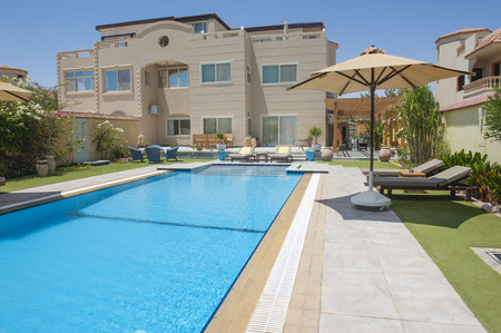 Luxury villa show home in a tropical resort with swimming pool and garden Banque d'images