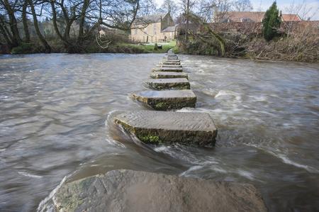 Traverses sur une petite rivière en pleine campagne en milieu rural rural. Banque d'images - 45012451