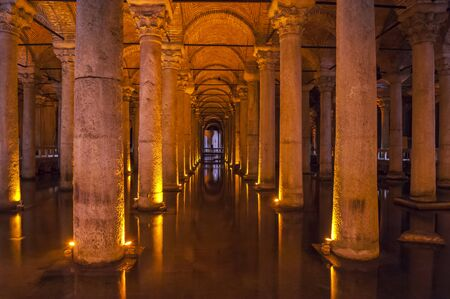 aljibe: Columnas de piedra romanas antiguas subterránea en la histórica Basílica Cisterna en Estambul Turquía
