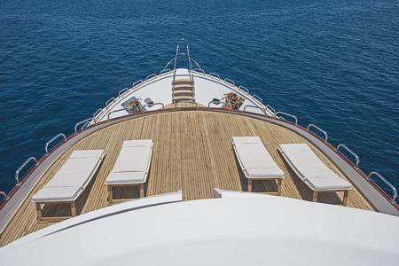 Voir sur la proue d'un grand yacht à moteur de luxe sur l'océan ouvert tropical avec chaises longues Banque d'images - 60129400
