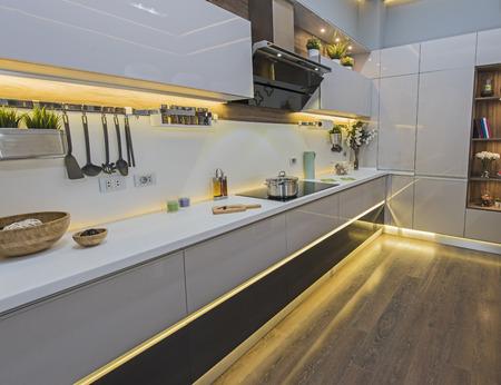 Innenarchitekturdekor, das moderne Küche und Geräte im Ausstellungsraum der Luxuswohnung zeigt