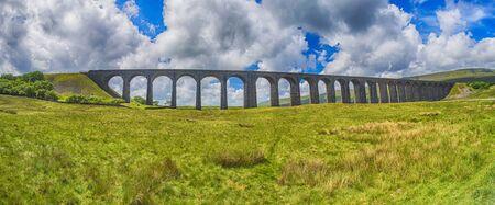 Vue d'un grand vieux viaduc de chemin de fer victorien à travers la vallée dans le panorama rural de paysage de campagne Banque d'images