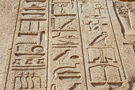 Hieroglypic carvings on wall at the ancient egyptian temple of Karnak in Luxor Banque d'images
