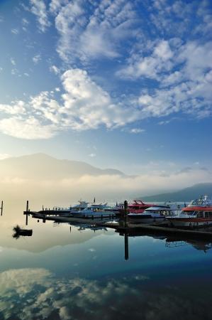 zon maan: Zonsopgang in Sun Moon Lake Taiwan met boot