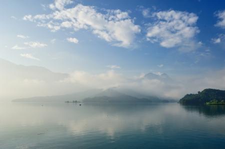 sol y luna: Salida del sol en Sun Moon Lake Taiwan con el barco