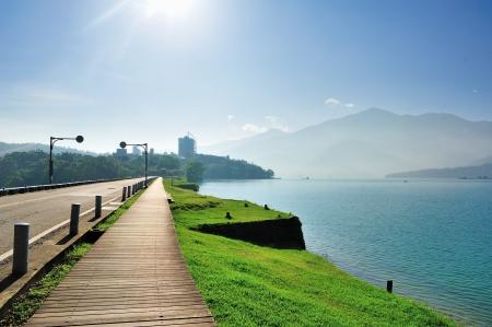 zon maan: Lake Side pad in Taiwan, Sun Moon Lake Stockfoto
