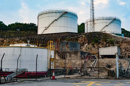 tanque de combustible: Un grupo de dep�sito de combustible en el lado de la colina Foto de archivo