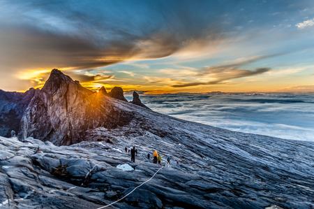 Monte Kinabalu, cerca del pico de baja, alrededor de 3900 m. Esta es la salida del sol.