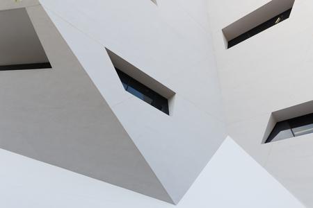일부 windows와 추상적 인 흰색 건물 외관