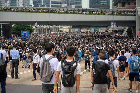 HONG KONG - 12 giugno 2019: Protesta contro l'estradizione a Hong Kong. I manifestanti stanno circondando l'edificio del Consiglio legislativo di Hong Kong per fermare il disegno di legge. Editoriali