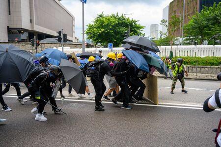 Hong Kong - 31 agosto 2019: La protesta contro la legge sull'estradizione a Hong Kong si è trasformata in un altro conflitto di polizia. La polizia usa gas lacrimogeni contro i manifestanti.