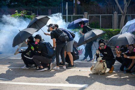 PolyU, Hong Kong - 18 listopada 2019: Drugi dzień oblężenia PolyU. Publiczna próba ratowania protestujących wewnątrz poliU. Publikacyjne