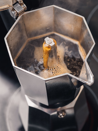 Geyser coffee maker. Making in the kitchen Stockfoto
