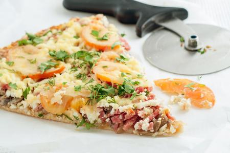Paix maison classique de pizza avec coupe-pizza.