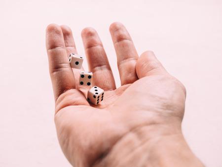 Juego de mesa clásico juego de dados en la mano. Viraje.