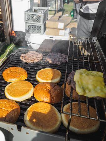 烹调汉堡用牛肉肉在烤肉烧烤街道节日。