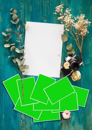 Mockup of flowers with photo cards and white sheet. Stockfoto