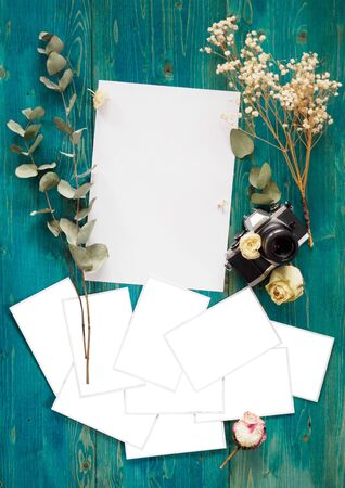 Mockup of flowers with photo cards and white sheet. Stockfoto - 128702164