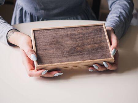 Wooden retro brown box in female hands. Stockfoto - 132003111
