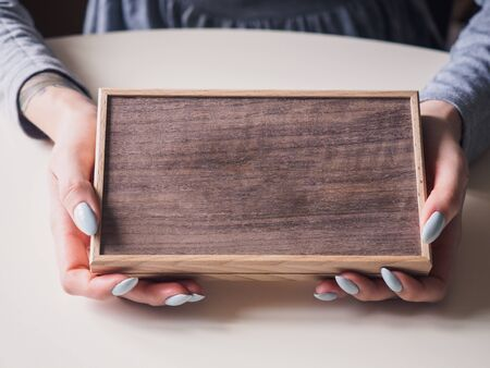Wooden retro brown box in female hands. Stockfoto - 132002950