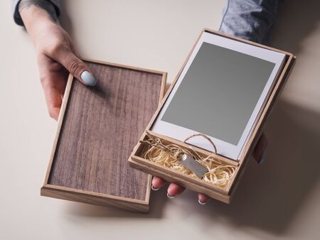 Wooden box with photo cards and flash card. Mock up. Stockfoto - 132003009