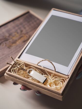 Wooden box with photo cards and flash card. Mock up. Stockfoto - 132003519