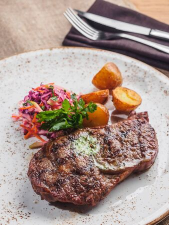 Beef steak with potato, salad cole slaw on the plate. Stockfoto - 132262366