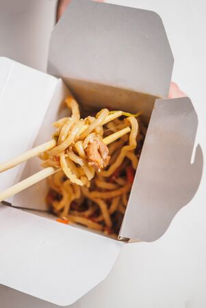Wok noodle in delivery white cardboard box. Stockfoto