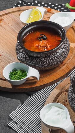 Saltwort solyanka red soup on wooden board. Stockfoto