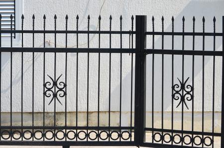 rejas de hierro: valla de metal negro Foto de archivo