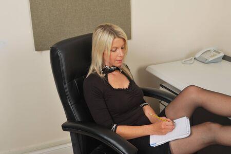 メモを取る秘書