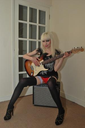 sexy girl sitting: sexy ragazza seduta a suonare la chitarra