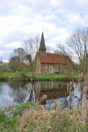 川沿いの小さな教会