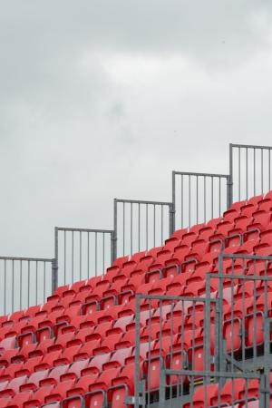 grandstand: Tribuna vac�a con el cielo gris