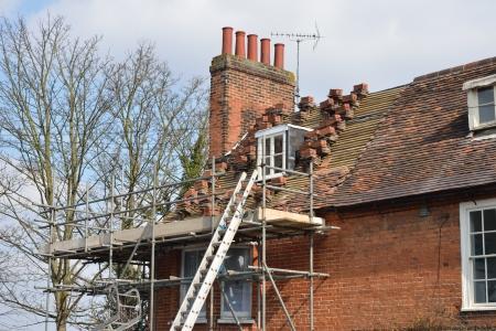 待機中の家の屋根の修理